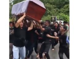 Viral, Warga Gotong Peti Jenazah sambil Joget di Toraja