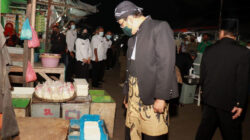 Gus Ipul sapa pedagang di Pasar Gadingrejo Kota Pasuruan. (Foto: Istimewa)