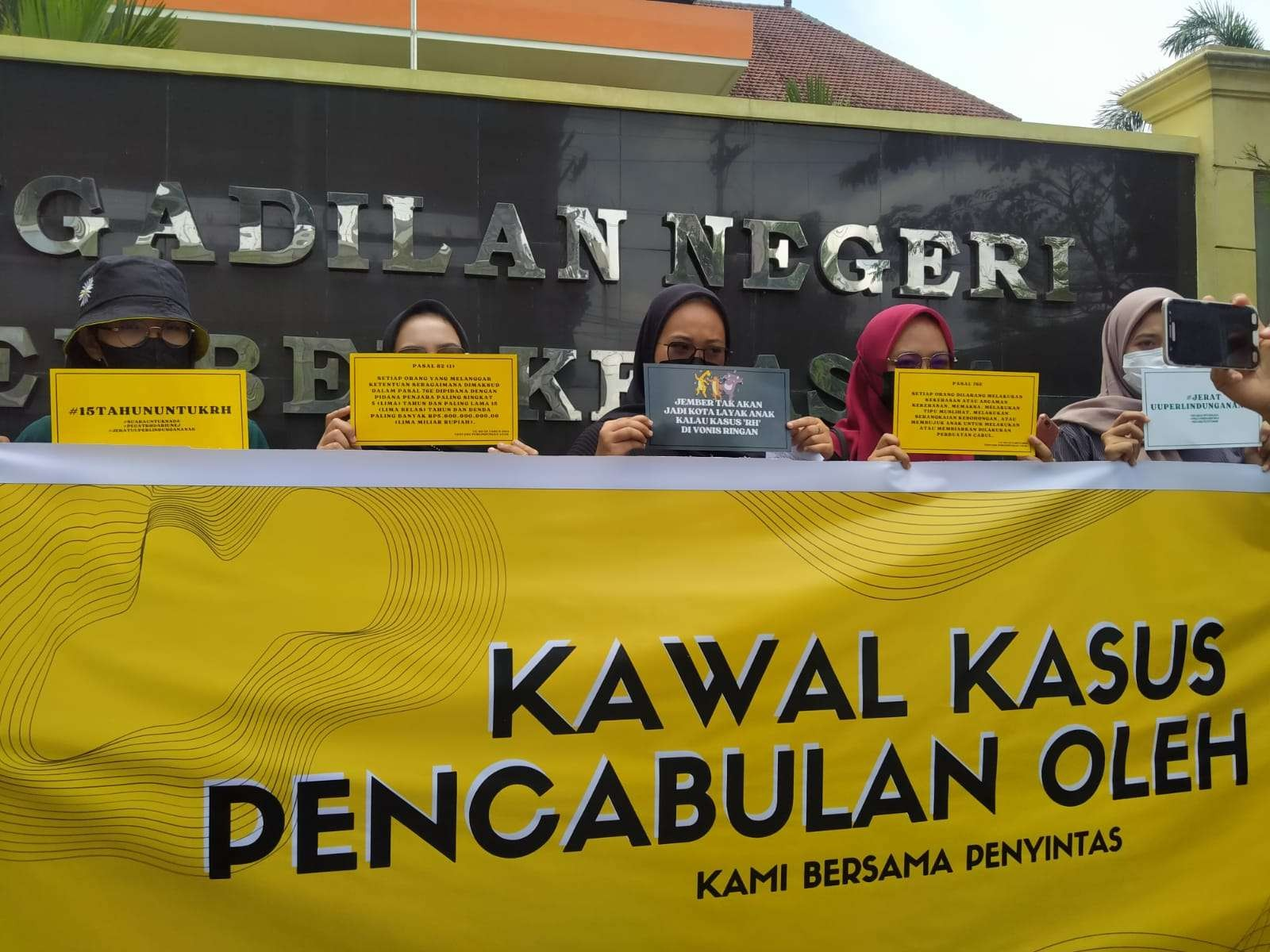 Aktivis Koalisi Tolak Kekerasan Seksual Jember menggelar aksi di depan Pengadilan Negeri Jember, Jawa Timur. (Foto: Rusdi/Ngopibareng.id)